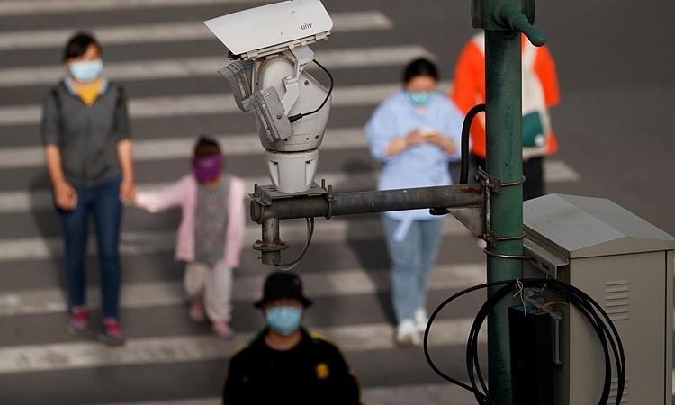 Camera an ninh giám sát theo dõi người qua đường ở Bắc Kinh hôm 11/5. Ảnh: Reuters.