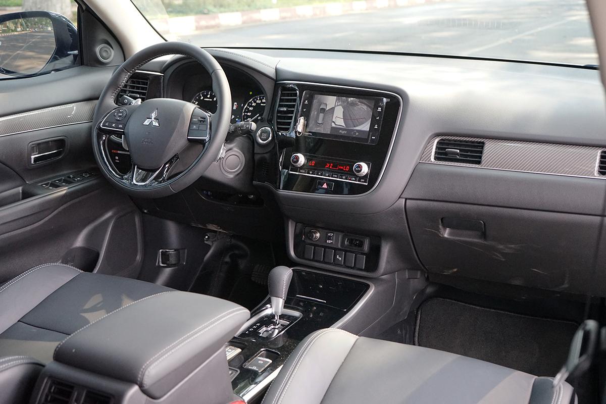 Khoang lái của Outlander 2020 bản 2.0 CVT Premium.