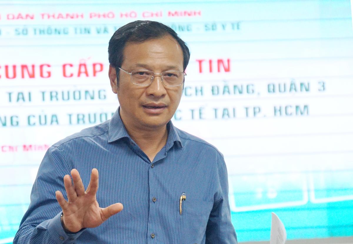 Ông Lê Hoài Nam, Phó giám đốc Sở Giáo dục và Đào tạo TP HCM trả lời tại buổi họp báo chiều 26/5. Ảnh: Mạnh Tùng.
