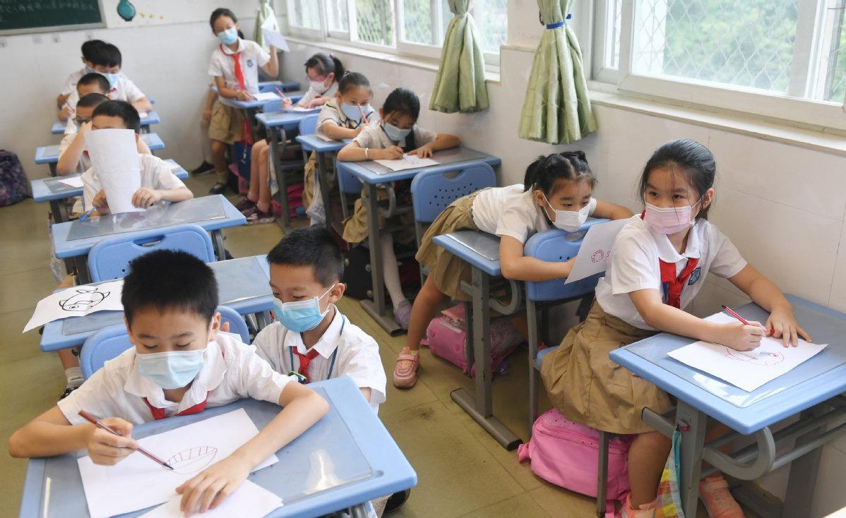 Học sinh một trường tiểu học tại thành phố Quảng Châu, Trung Quốc, đi học ngày 25/5. Ảnh: Lin Guiyan/ China Daily.