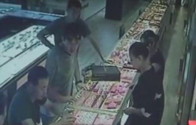 Ba kẻ khả nghi mua trang sức tại tiệm vàng. Ảnh: CCTV.