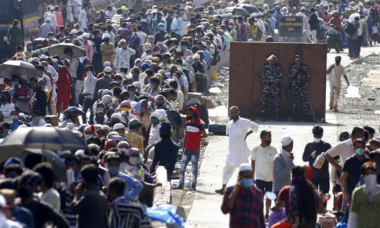 Lao động nhập cư tập trung đông tại nhà ga ở thành phố Mumbai, bangMaharashtra, để bắt tàu về quê. Ảnh: AP.