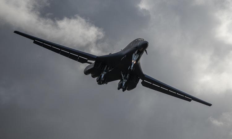 Máy bay B-1B hạ cánh xuống Guam sau nhiệm vụ tại biển Hoa Đông hôm 20/5. Ảnh: USAF.