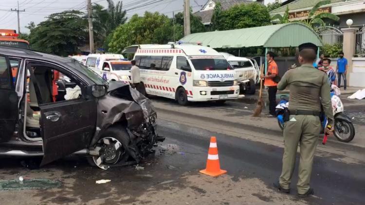 Xe còn lại hư hỏng nặng phần đầu, tài xế bị thương nặng và qua đời trong bệnh viện. Ảnh:Siam Rath