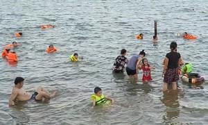 Bãi tắm tự phát trên sông Lam