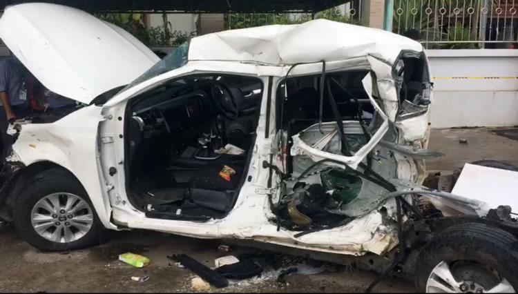 Xe bán tải biến dạng, bay mất thùng, cả ba người trên xe thiệt mạng. Ảnh:Siam Rath