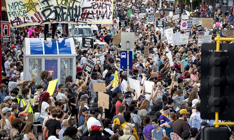 Người biểu tình đòi công lý choGeorge Floyd ởthành phốMinneapolis, bang Minnesota, Mỹ hôm 26/5. Ảnh: AP.