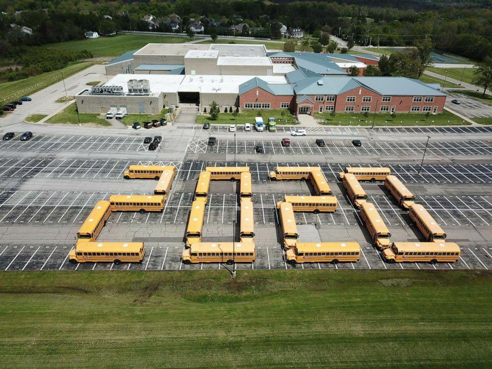 22 chiếc xe bus màu vàng được xếp thành số 2020 để chia tay học sinh cuối cấp của thành phố Loveland, bang Ohio, Mỹ. Ảnh: Jim Barrett