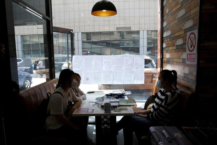 Phỏng vấn xin việc tại một nhà hàng ở Bắc Kinh. Ảnh: Reuters.