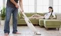 Vợ kiếm tiền giỏi cũng không thể ép chồng lo việc nhà