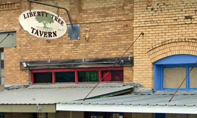 Biển hiệu bên ngoài quán bar Liberty Tree Tavern ở thành phố Elgin, bang Texas, Mỹ. Ảnh: Fox News.
