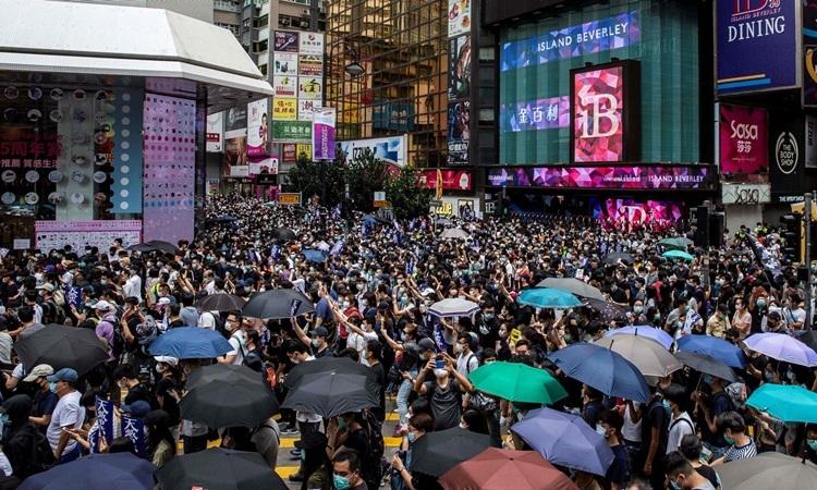 Người Hong Kong biểu tình phản đối dự luật an ninh tại VịnhCauseway hôm 24/5. Ảnh: AFP.