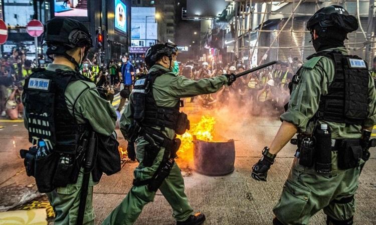 Cảnh sát Hong Kong đứng chặn một con đường để ngăn người biểu tình tại quận Mong Kok hôm 27/5. Ảnh: AFP.