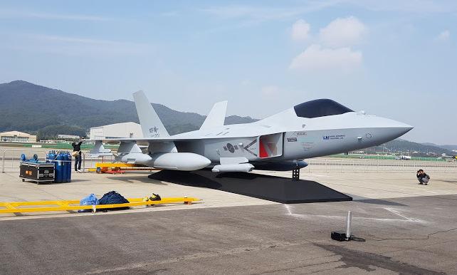 Mô hình tiêm kích KF-X được Hàn Quốc trưng bày hồi cuối năm 2019. Ảnh: Flight Global.
