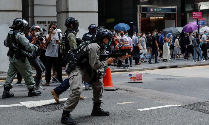 Cảnh sát chống bạo động kiểm soát biểu tình tại Hong Kong hôm 27/5. Ảnh: Reuters.