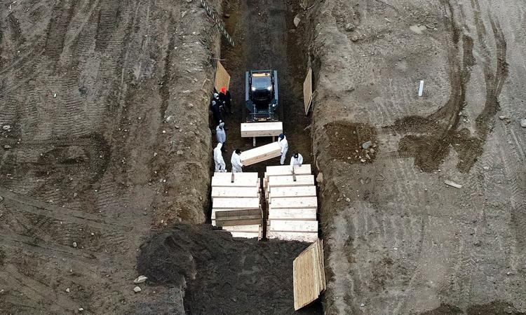 Ngôi mộ tập thể dành cho nạn nhân Covid-19 ởHart Island, hạt Bronx, New York, hôm 9/4. Ảnh: AP.