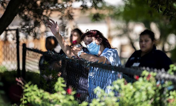 Nhân viên y tế đứng cầu nguyện tại Trung tâm Y tếRedwood Springs, ởVisalia, bang California, tháng này. Ảnh: Washington Post.