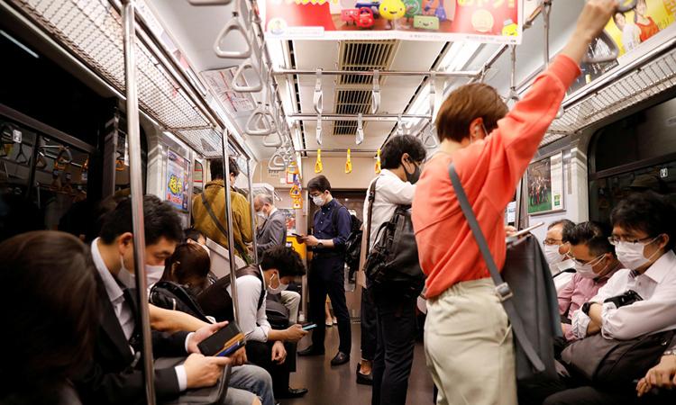 Chuyến tàu điện ngầm đông kín hành khách tại Tokyo, hôm 27/4. Ảnh: Reuters.