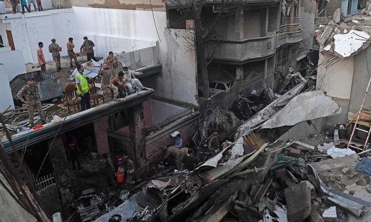 Hiện trường vụ rơi máy bay khiến 97 người thiệt mạng ở Pakistan hôm 22/5. Ảnh:Reuters.
