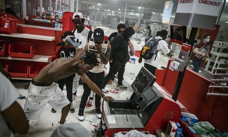 Người biểu tình đập phá tại một cửa hàng Target ở Minneapolis, bangMinnesota, hôm 27/5. Ảnh: AP.