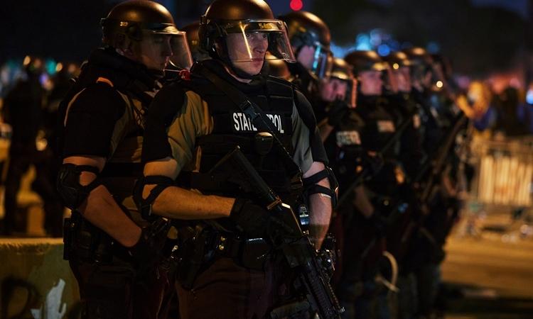 Cảnh sát Mỹ triển khai lực lượng xung quanh Phân khu Cảnh sát thứ ba, thành phố Minneapolis, bang Minnesota hôm 28/5. Ảnh: Reuters.