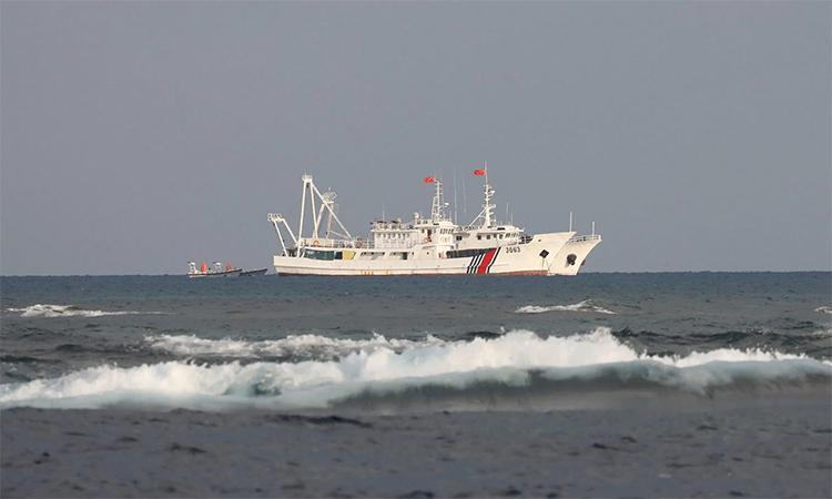 Tàu hải cảnh của Trung Quốc tại bãi cạn Scarborough, tháng 4/2017. Ảnh: Reuters.