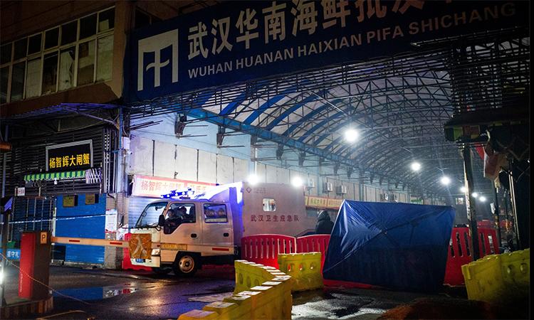 Xe chuyên dụng của đội vệ sinh dịch tễ rời khỏi chợ hải sản Hoa Nam, ngày 11/1. Ảnh: AFP.