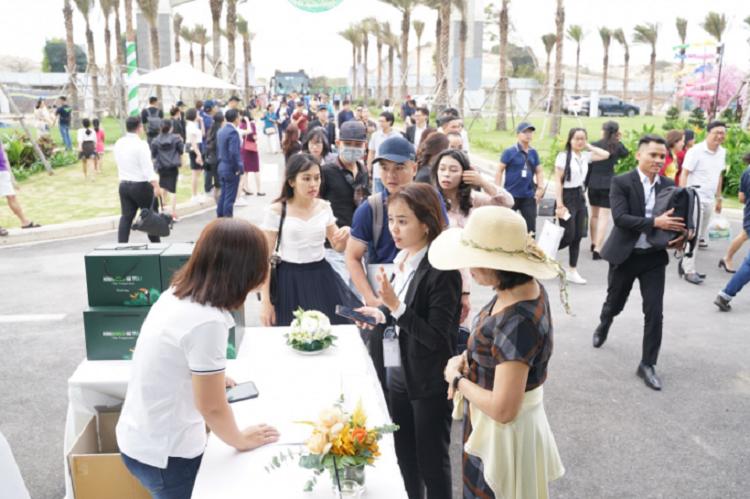 Khách hàng đến tham dự sự kiện tham quan và trải nghiệm nhà mẫu dự án NovaWorld Hồ Tràm.