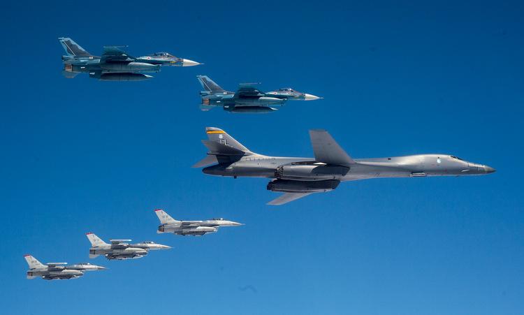 Oanh tạc cơ B-1B diễn tập cùng tiêm kích F-16 Mỹ và F-2 Nhật hôm 22/4. Ảnh: USAF.
