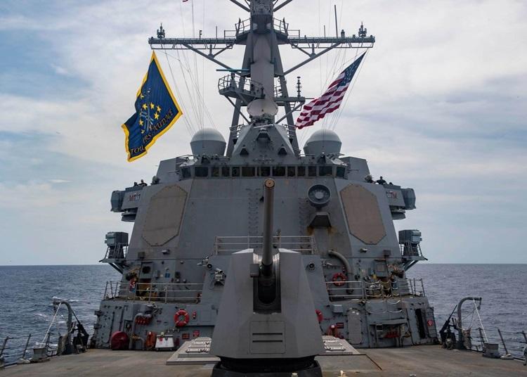 Tàu chiến mang tên lửa dẫn đường lớp Arleigh Burke USS Mustin đi qua Biển Đông hôm 28/5. Ảnh: US Navy.