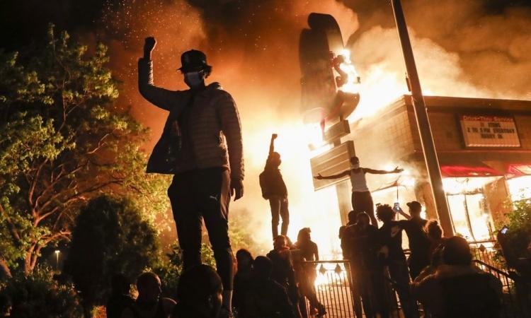 Người biểu tình Mỹ tại thành phố Minneapolis, bang Minnesota, hôm 29/5. Ảnh: AP.
