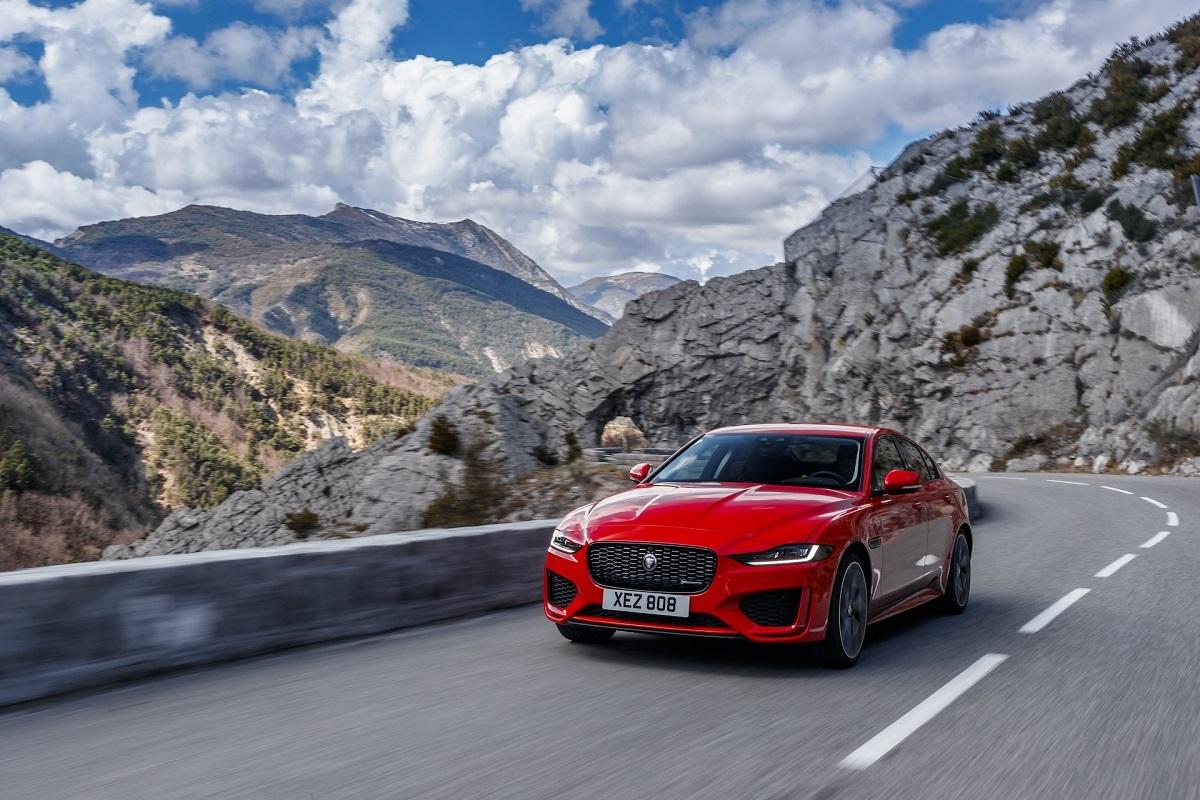 Jaguar XE mới lấy cảm hứng từ F-Type- mẫu xe hiệu suất cao với những cải tiến và trang bịcác công nghệ mới.