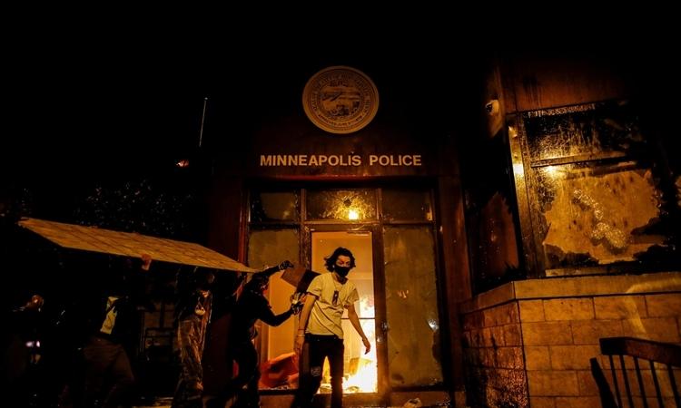 Người biểu tình đốt pháđồn cảnh sát Phân khu Ba ở thành phố Minneapolis, bang Minnesota, Mỹ, hôm 28/5. Ảnh: Reuters.