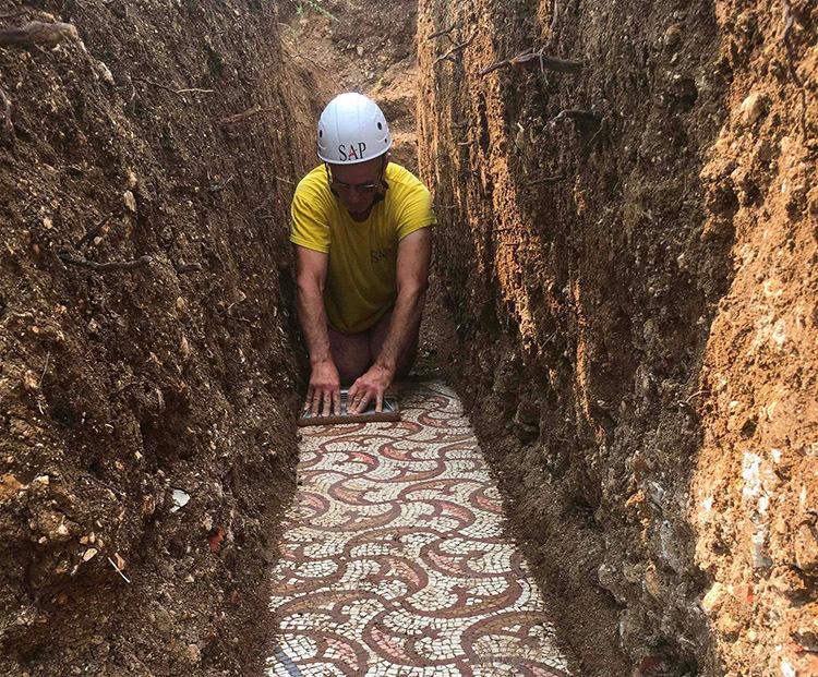 Các nhà khảo cổ khai quật nền biệt thự. Ảnh: NYT.
