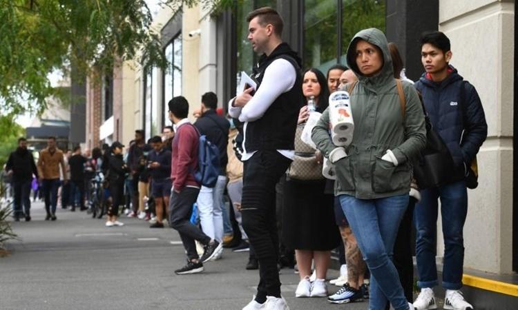Người dân xếp hàng bên ngoài một trung tâm phúc lợi của chính phủ Australia ở Melbourne ngày 23/5. Ảnh: AFP.