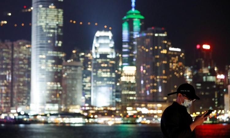 Những tòa nhà chọc trời ở đặc khu Hong Kong sáng đèn về đêm. Ảnh: Reuters.