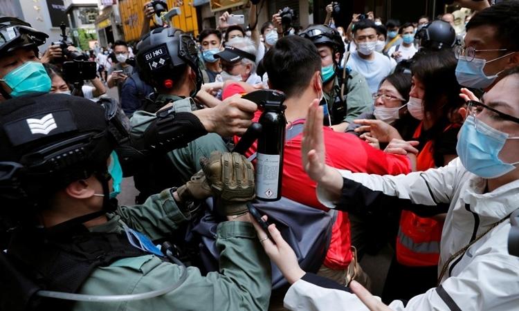 Cảnh sát đụng độ người biểu tình ở Hong Kong, ngày 27/5. Ảnh: Reuters.