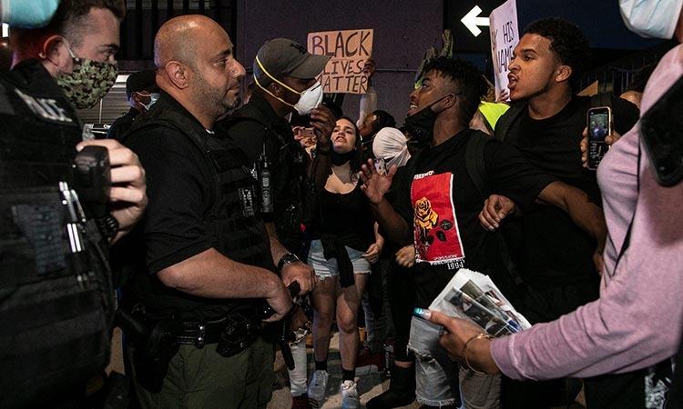 Cảnh sát đối thoại với ngưởi biểu tình tại thành phố Detroit, Mỹ hôm 29/5. Ảnh: Reuters.