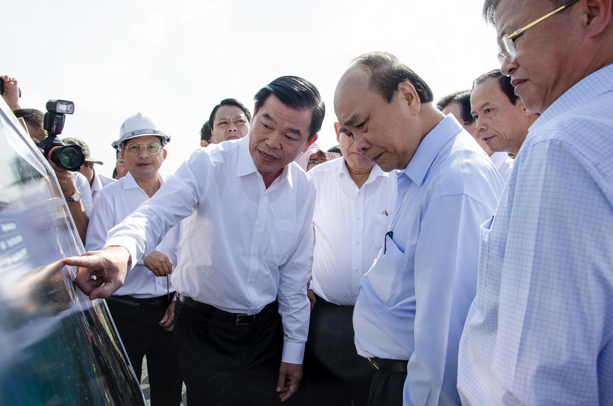 Thủ tướng Nguyễn Xuân Phúc (thứ hai bên trái) và đoàn công tác của Chính phủ thị sát hệ thống cảng Cái Mép - Thị Vải(thị xã Phú Mỹ, Bà Rịa - Vũng Tàu) ngày 30/5. Ảnh: Lan Ngọc.