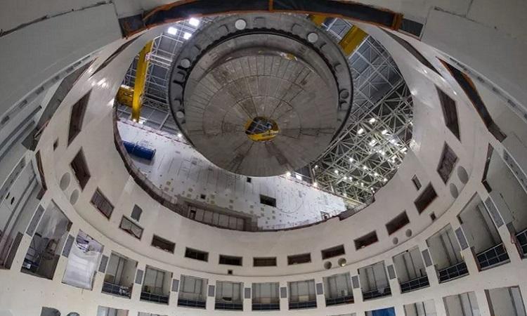 Đế giữ lạnh của lò phản ứng nhiệt hạch ITER được nâng lên cao bằng cần trục. Ảnh: Newsweek.