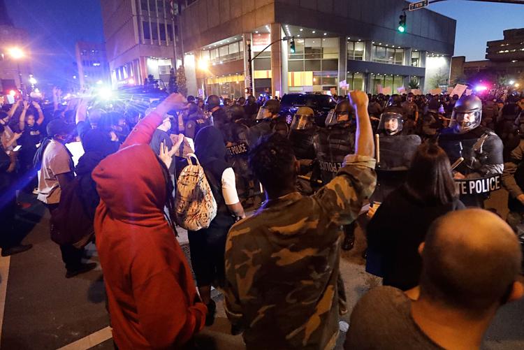 Người biểu tình đối mặt cảnh sát ởLouisville,Kentucky, hôm 29/5. Ảnh: AP.