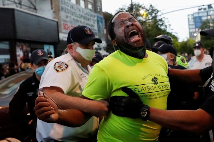 Một người biểu tình ở New York bị bắt hôm 29/5. Ảnh: Reuters.