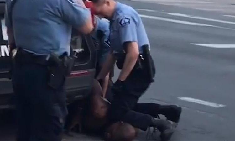 Cảnh sát Derek Chauvin ghì đầu gối lên cổ George Floyd trong vụ bắt hôm 25/5. Ảnh: CBS.