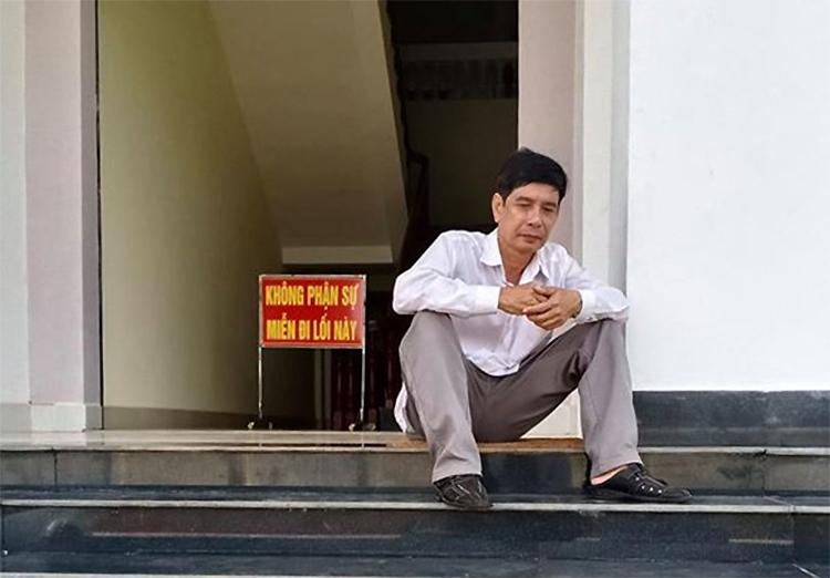 Ông Lương Hữu Phước ngồi tại trụ sở TAND tỉnh Bình Phước, trước lúc nghe tuyên án, sáng 29/5. Ảnh: Luật sư cung cấp.