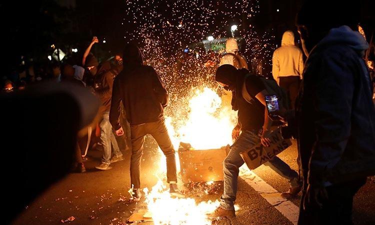 Những người biểu tình đòi công lý cho George Floyd tại thành phốOakland, Mỹ hôm 29/5. Ảnh: Reuters.