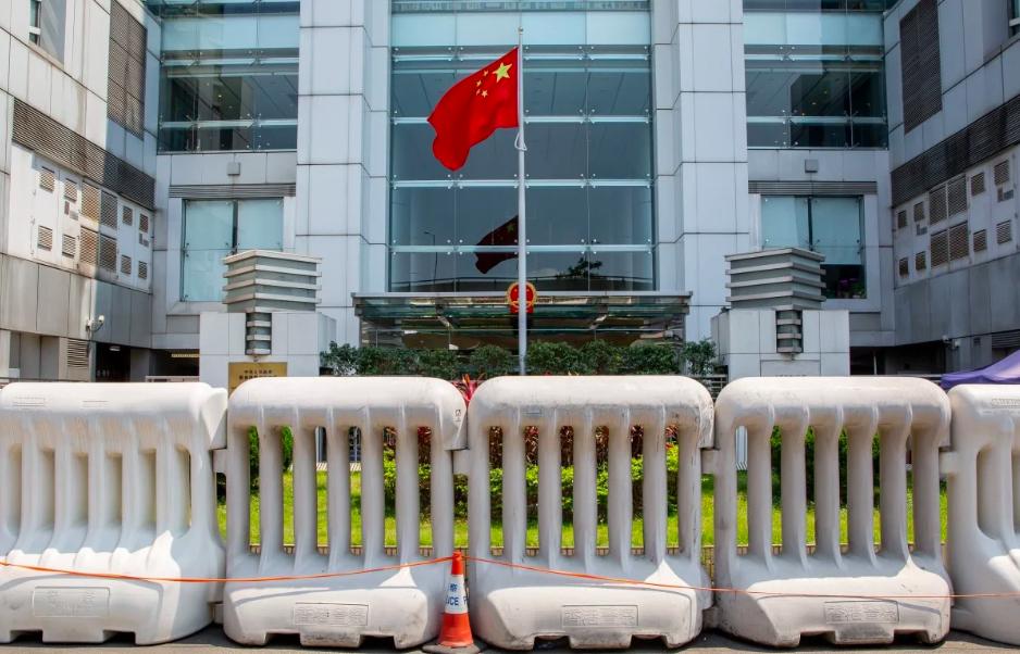 Rào chắn được dựng lên trước văn phòng liên lạc của chính quyền Trung Quốc đại lục tại quận Sai Ying Pun, Hong Kong, hôm 30/5. Ảnh: Bloomberg