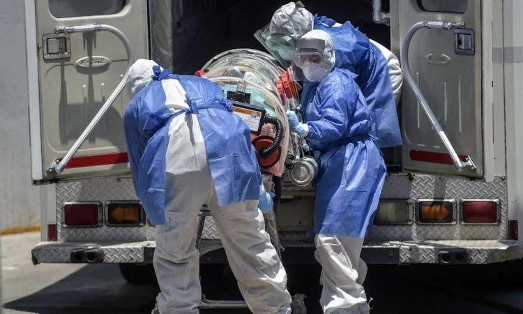 Nhân viên y tế Mexico đưa bệnh nhân Covid-19 ttớiBệnh viện Đa khoa Venados, Mexico City, hôm 26/5. Ảnh: AFP.