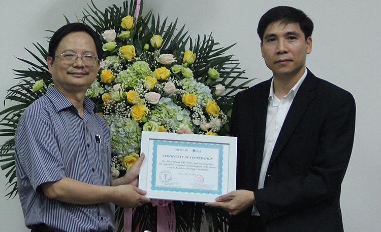 PGS Vũ Hoàng Linh (trái), Hiệu trưởng Trường Đại học Khoa học Tự nhiên bàn giao sản phẩm cho đại diện Công ty Med-Aid (Mỹ). Ảnh: HH