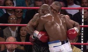Đằng sau cú cắn lịch sử của Mike Tyson