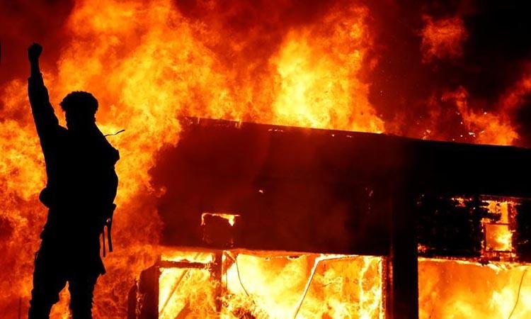 Một người biểu tình đốt phá hôm 30/5 ở Minneapolis, bang Minnesota,nhằm phản đối cái chết của người da màuGeorge Floyd. Ảnh: Reuters.